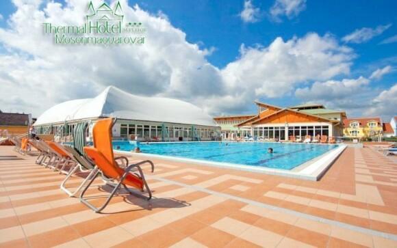 K dispozícii sú 3 plavecké bazény - vnútorné i vonkajšie
