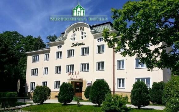 V létě je hotel Subterra obklopený zelení