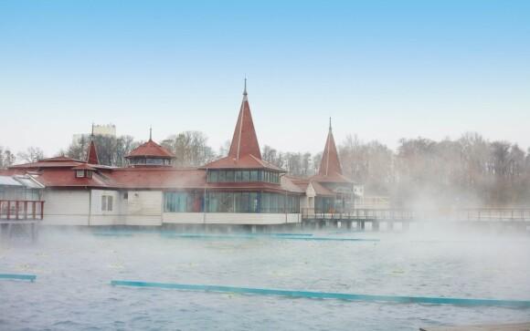Termální jezero Hévíz je ideální ke koupání celoročně