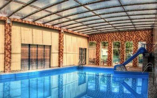 Penzion nabízí bazény s termální vodou, která vyvěrá s teplotou 39 °C