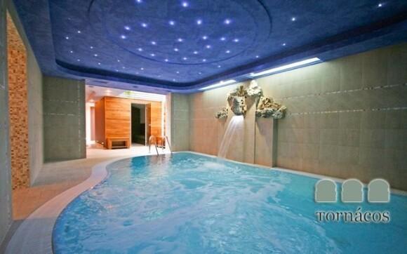 Luxusní zážitkový bazén s hydromasáží najdete přímo v hotelu
