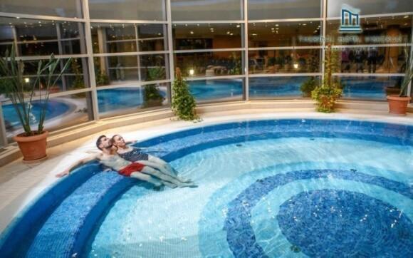 Zajít si můžete i do vnitřního bazénu s termální vodou