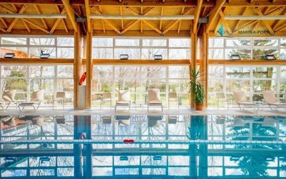 Zaplavte si ve vnitřním plaveckém bazénu