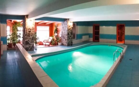 Vykoupejte se ve vnitřním bazénu