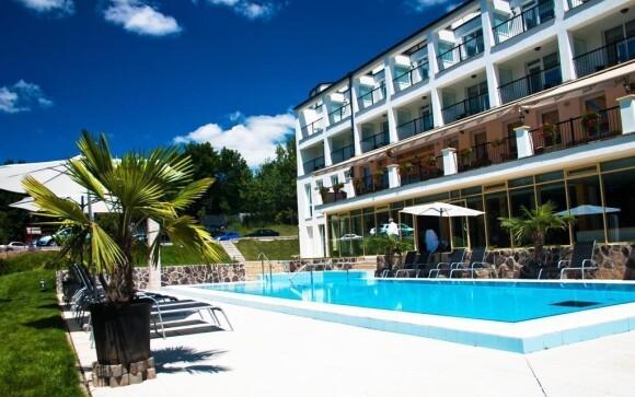 Vykoupejte se ve venkovním bazénu