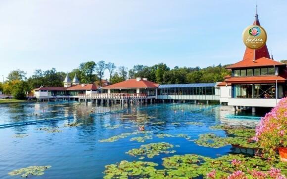 Jezero Hévíz od penzionu leží jen 2 km