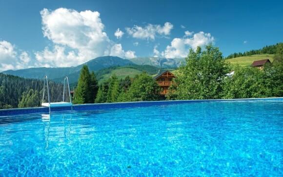 V teplých měsících je v provozu venkovní bazén