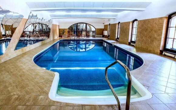 Neomezeně můžete využívat krytý bazén