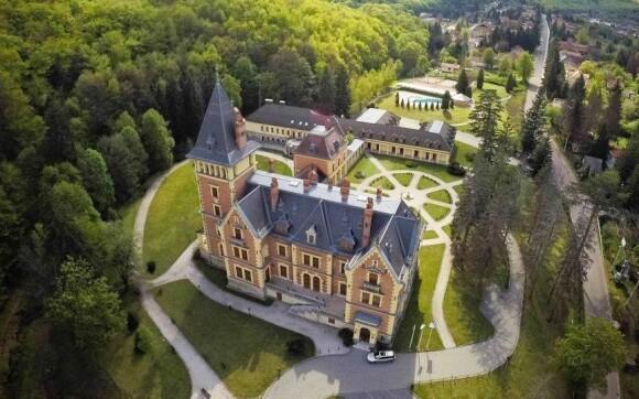 Zámecký hotel Sasvár je doslova obklopen přírodou