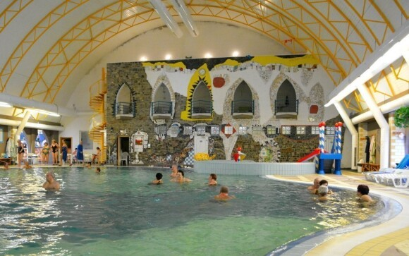 Užijte si areál plný bazénů s termální vodou a atrakcí