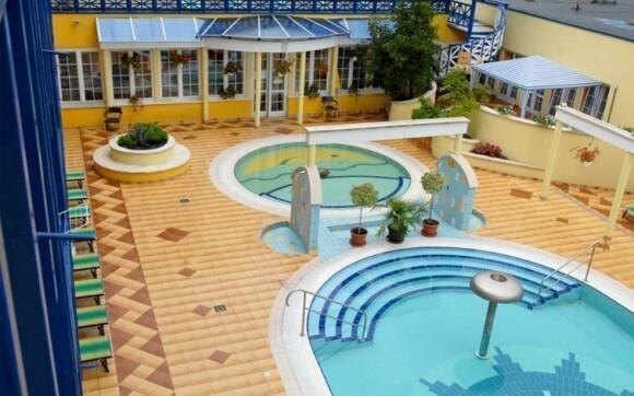 Přímo u hotelu jsou k dispozici bazény s termální vodou