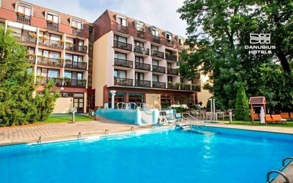 Hotel má k dispozici termální bazény - vnitřní i vnější