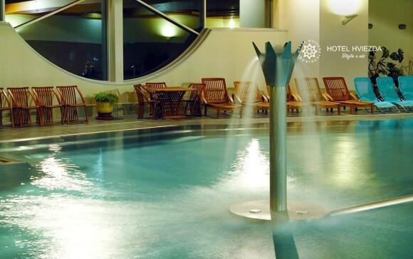 V bazénu se nacházejí různé atrakce