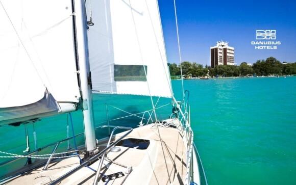 Hotel se nachází hned na břehu Balatonu