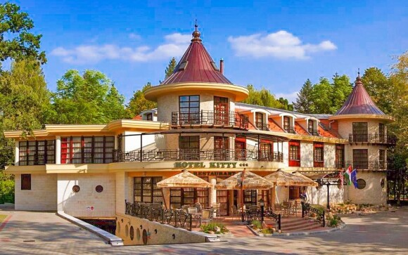 Hotel Kitty *** leží v parku Miskolctapolca