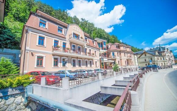 Garni hotel Praha  leží v údolí v Trenčianských Teplicích