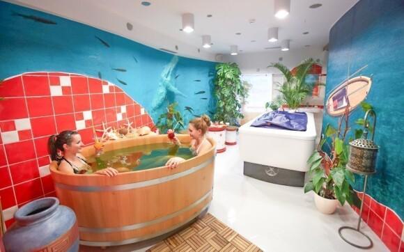 Koupel v dřevěné kádi v mořské vodě s řasami