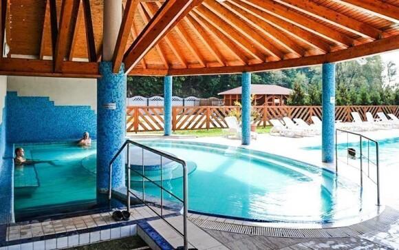 Užite si kúpanie v bazéne s termálnou vodou priamo v hoteli