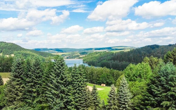 Výhled na jezero uprostřed malebné krajiny v létě