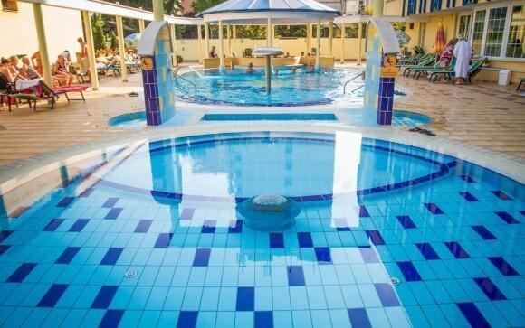 Priamo pri hoteli sú bazény s termálnou vodou