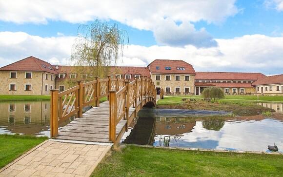 Hotel Lions *** je obklopen jezerem, Střední Čechy