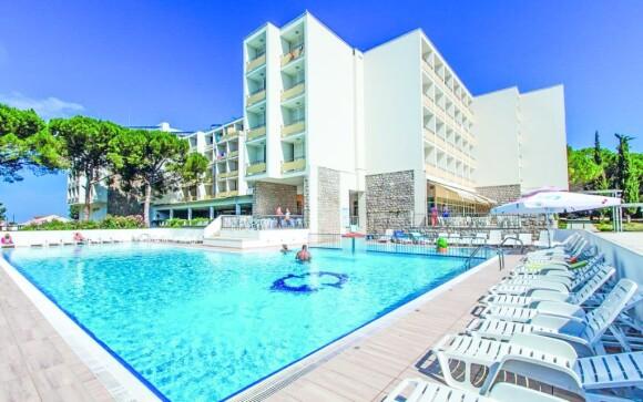 Vykoupat se můžete nejen v moři, ale také v bazénu u hotelu