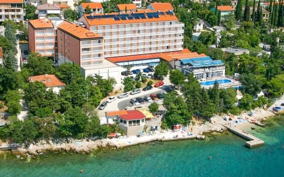 Hotel Mediteran *** je obklopen zelení i mořem