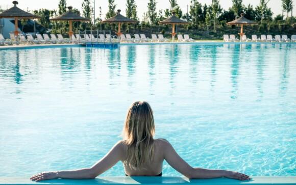 Fedett és szabadtéri medencék is rendelkezésre állnak