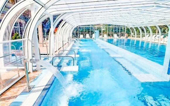 Užite si kúpanie vo vnútorných aj vonkajších bazénoch