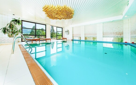Vstupte do hotelového bazénu