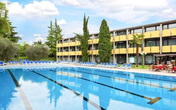 Venkovní bazén u Hotelu Palme & Suite *** Lago di Garda