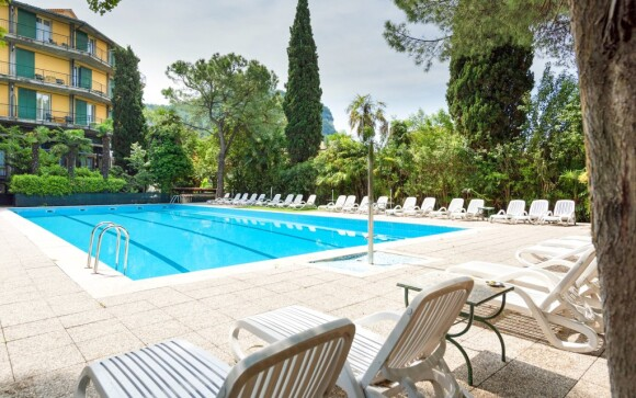 Vonkajší bazén pri Hoteli Palme & Suite *** Lago di Garda