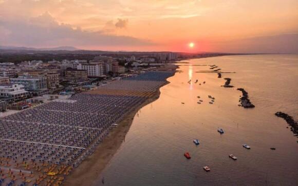 Písečná pláž, moře, Hotel Leonardo, Cattolica, Itálie