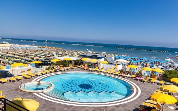 Bazén a pláž pri Hoteli David ***, Cesenatico, Taliansko