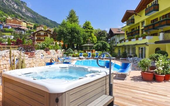 Bazén a vírivka na záhrade, Hotel alle Dolomiti ****