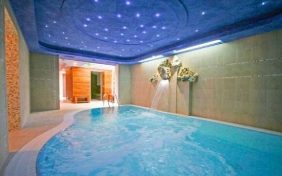 Luxusní bazén penzionu s hydromasáží