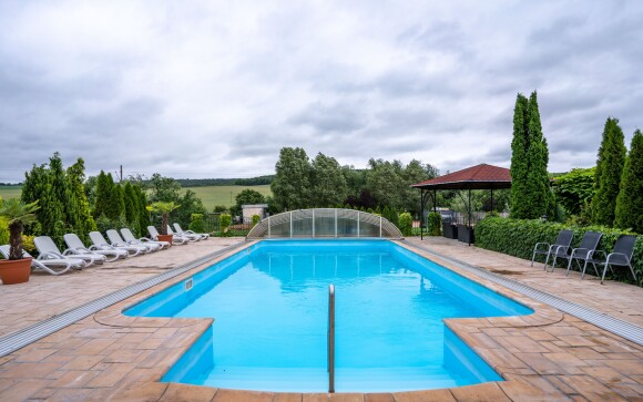 Záhrada s bazénom a posedením, Penzión Pulse Podhájska