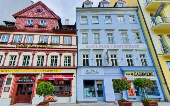 Hotel Petr *** nájdete v centre Karlových Varov, kolonáda