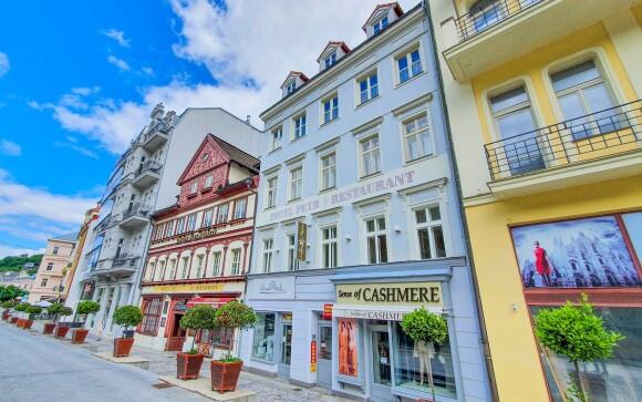 Hotel Petr *** najdete v centru Karlových Varů, kolonáda