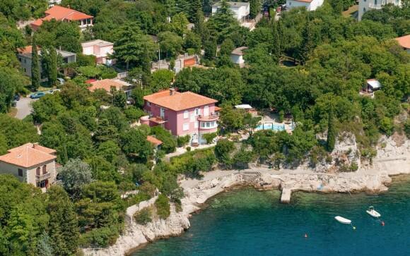 Villa Dora je obklopena zahradou a má vlastní bazén