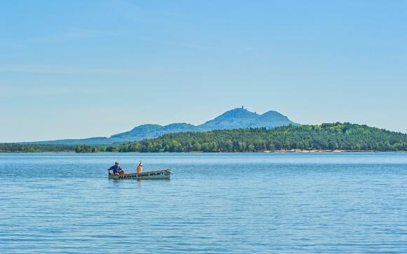 Čo tak plavba loďou po Máchovom jazere?