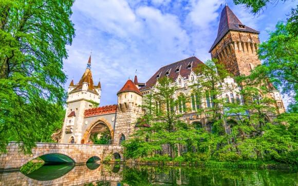 Naproti hotela sa rozprestiera park s hradom Vajdahunyad