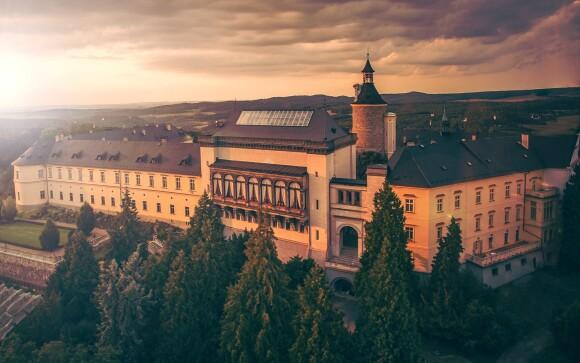 Zámecký hotel Zbiroh je obklopený zelení