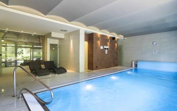 Vnitřní bazén v hotelovém wellness