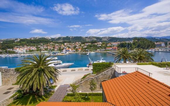Chorvatsko nedaleko moře a pláže, město Rab