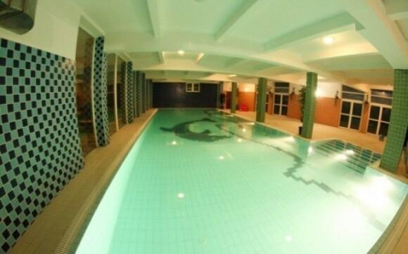 V hotelovém bazénu můžete relaxovat podle libosti, vstup není nijak omezen