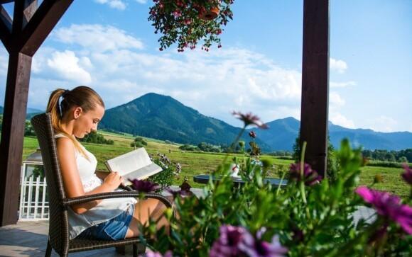 Relaxovat můžete třeba na zahrádce s krásným výhledem do okolí