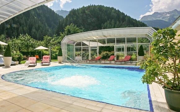 Z parádního bazénu se můžete kochat pohledem na vrcholky Alp