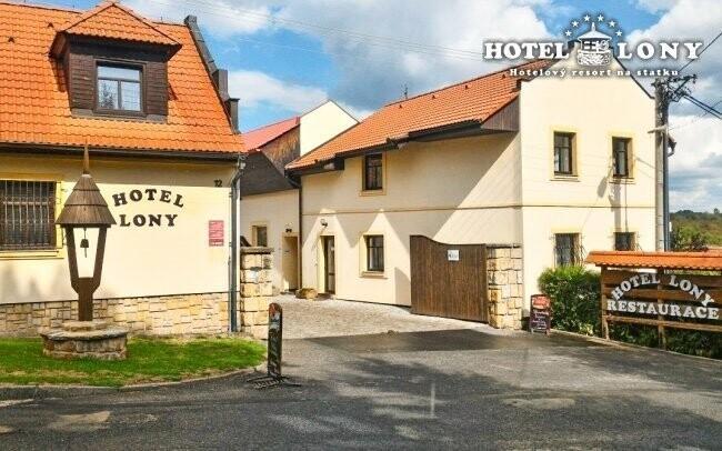 Hotel Lony leží v romantickej dedinke Kozovazy