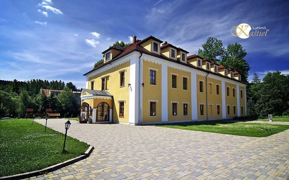 Kaštieľ leží v obci Lučivná vo Vysokých Tatrách